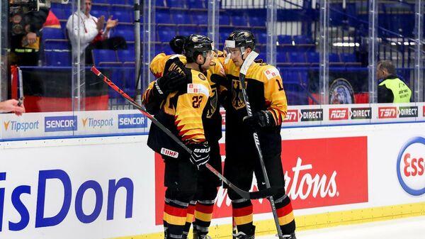 Хоккеисты молодежной сборной Германии по хоккею празднуют заброшенную шайбу в ворота Казахстана на игре МЧМ