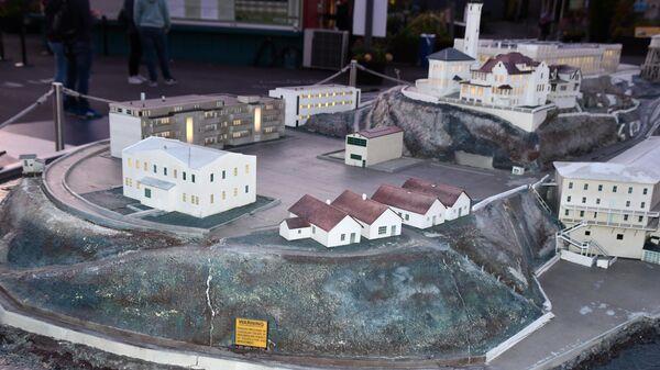 Макет Алькатраса до того, как часть зданий были разрушены. От зданий на переднем плане теперь одни развалины
