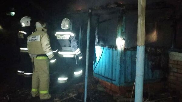Сотрудники МЧС на месте пожара в частном доме в селе Горькая Балка на Ставрополье