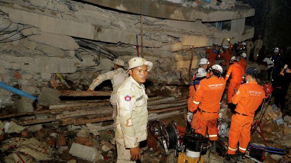 Спасатели на месте обрушения здания в городе Кеп, Камбоджа