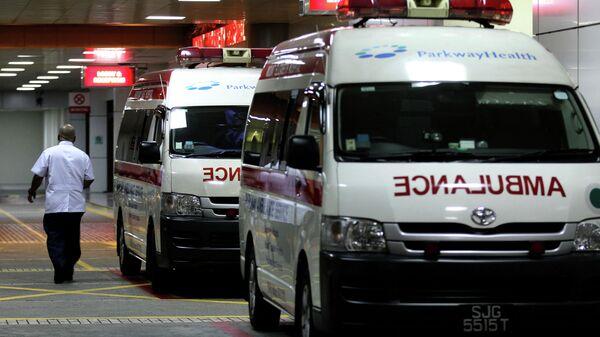 Машины скорой помощи у здания больницы в Сингапуре