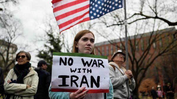 Участники антивоенной демонстрации у Белого дома в Вашингтоне, США