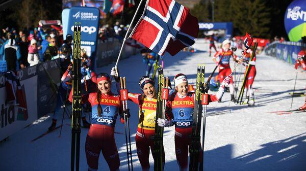 Призеры общего зачета на соревнованиях по лыжным гонкам Тур де Ски среди женщин в итальянском Валь-ди-Фьемме (слева направо): Наталья Непряева (Россия) – второе место, Тереза Йохауг (Норвегия) – первое место, Ингвильд Остберг (Норвегия) – третье место.