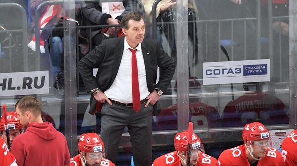 Олег Знарок (в центре) и хоккеисты Спартака