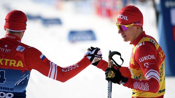 Слева направо: Сергей Устюгов (Россия), занявший второе место, и Александр Большунов (Россия), занявший третье место в спринте классическим стилем среди мужчин на соревнованиях по лыжным гонкам Тур де Ски в итальянском Валь-ди-Фьемме.