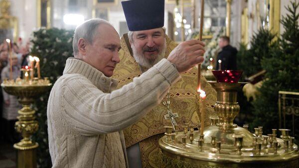 Владимир Путин на рождественском богослужении в Спасо-Преображенском соборе Санкт-Петербурга