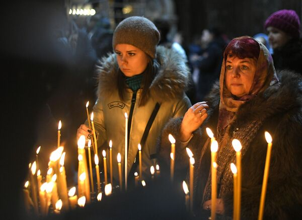 Верующие в храме Христа Спасителя в Москве перед началом Рождественского богослужения