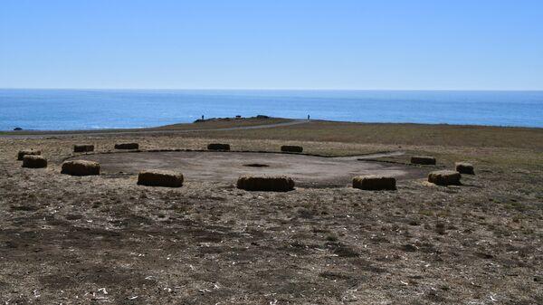 Круг для священных танцев кашая у крепости форт Росс. Из-под этих вод, как считали кашая, поднялся корабль с русскими