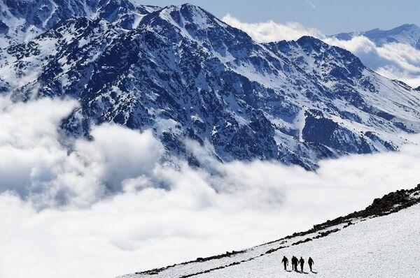 Люди на горнолыжном курорте Оукаимеден в 30 километрах от Марракеша