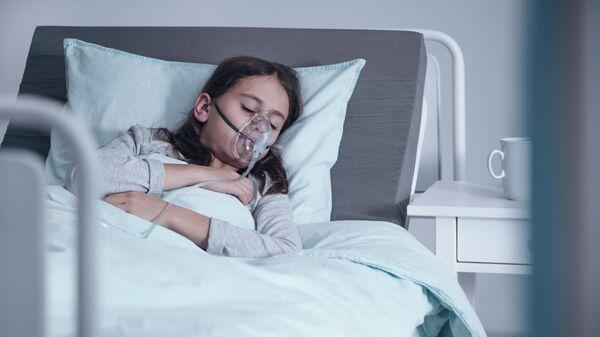 Девочка в кислородной маске в больнице