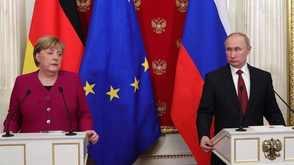 Президент России Владимир Путин и федеральный канцлер Германии Ангела Меркель во время совместной пресс-конференции по итогам встречи