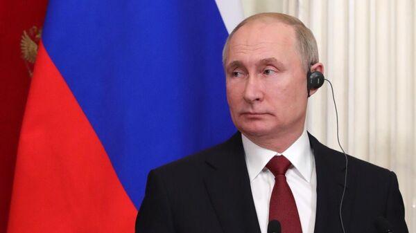 Президент РФ Владимир Путин во время совместной с федеральным канцлером Германии Ангелой Меркель пресс-конференции по итогам встречи