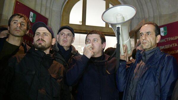 Сторонники оппозиции у здания администрации президента Абхазии
