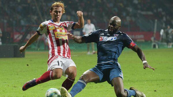 Полузащитник Пуны Сити Мохамед Сиссоко в борьбе за мяч в матче чемпионата Индии по футболу