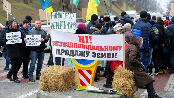 Участники митинга против законопроекта о продаже сельскохозяйственных земель перекрыли дорогу, ведущую к Верховной раде Украины в Киеве. 14 января 2020