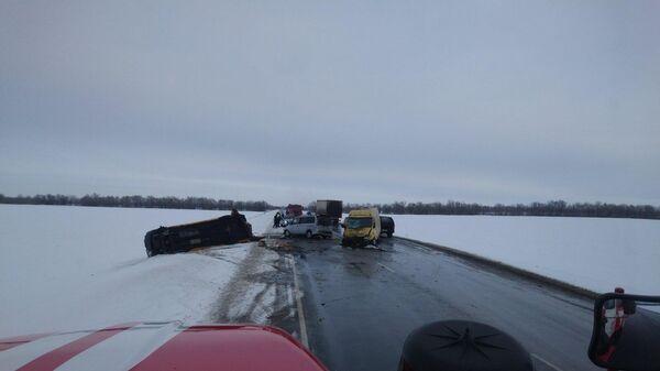 Столкновение микроавтобуса и еще двух машин на трассе в Оренбургской области