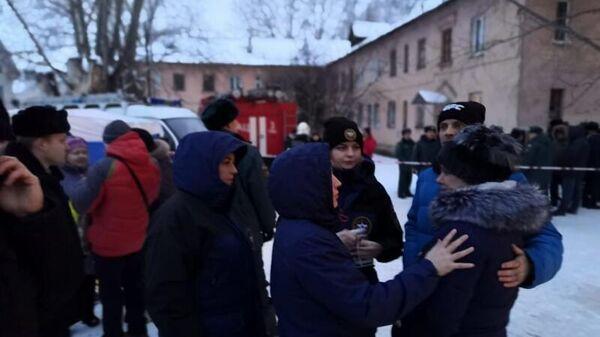 Жители возле дома в Уфе, где произошел хлопок газа. 15 января 2020