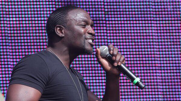 Американский исполнитель R&B и хип-хопа Akon (Эйкон)