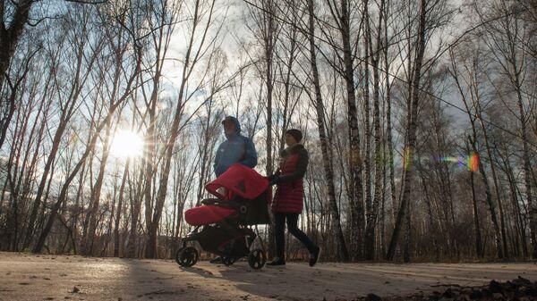 Молодая семья на прогулке