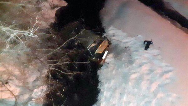 Автомобиль Daewoo Nexia упал в реку с моста в Челябинске. 16 января 2020