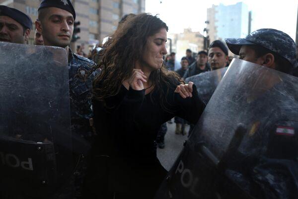 Участница акции протеста против коррупции во время демонстрации в центре Бейрута