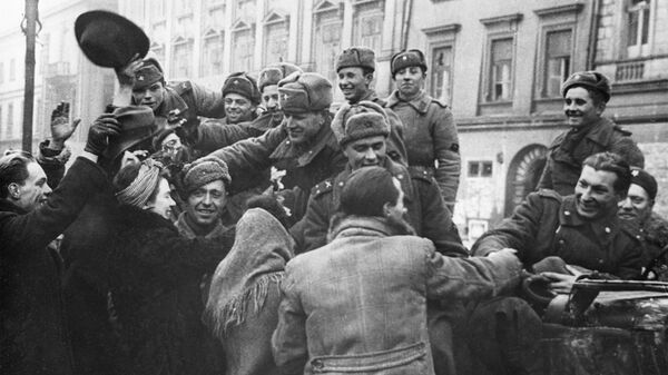 Вторая мировая война 1939-1941 гг. Висло-Одерская стратегическая наступательная операция советских войск. Жители приветствуют бойцов Советской Армии