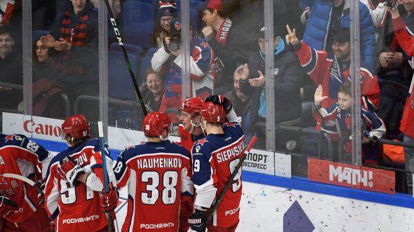 Хоккеисты ЦСКА радуются забитой шайбе
