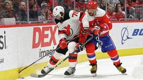 Игрок ХК Нью-Джерси Девилз Пи-Кей Суббан (слева) и игрок ХК Вашингтон Кэпиталз Александр Овечкин в матче регулярного чемпионата Национальной хоккейной лиги (НХЛ)
