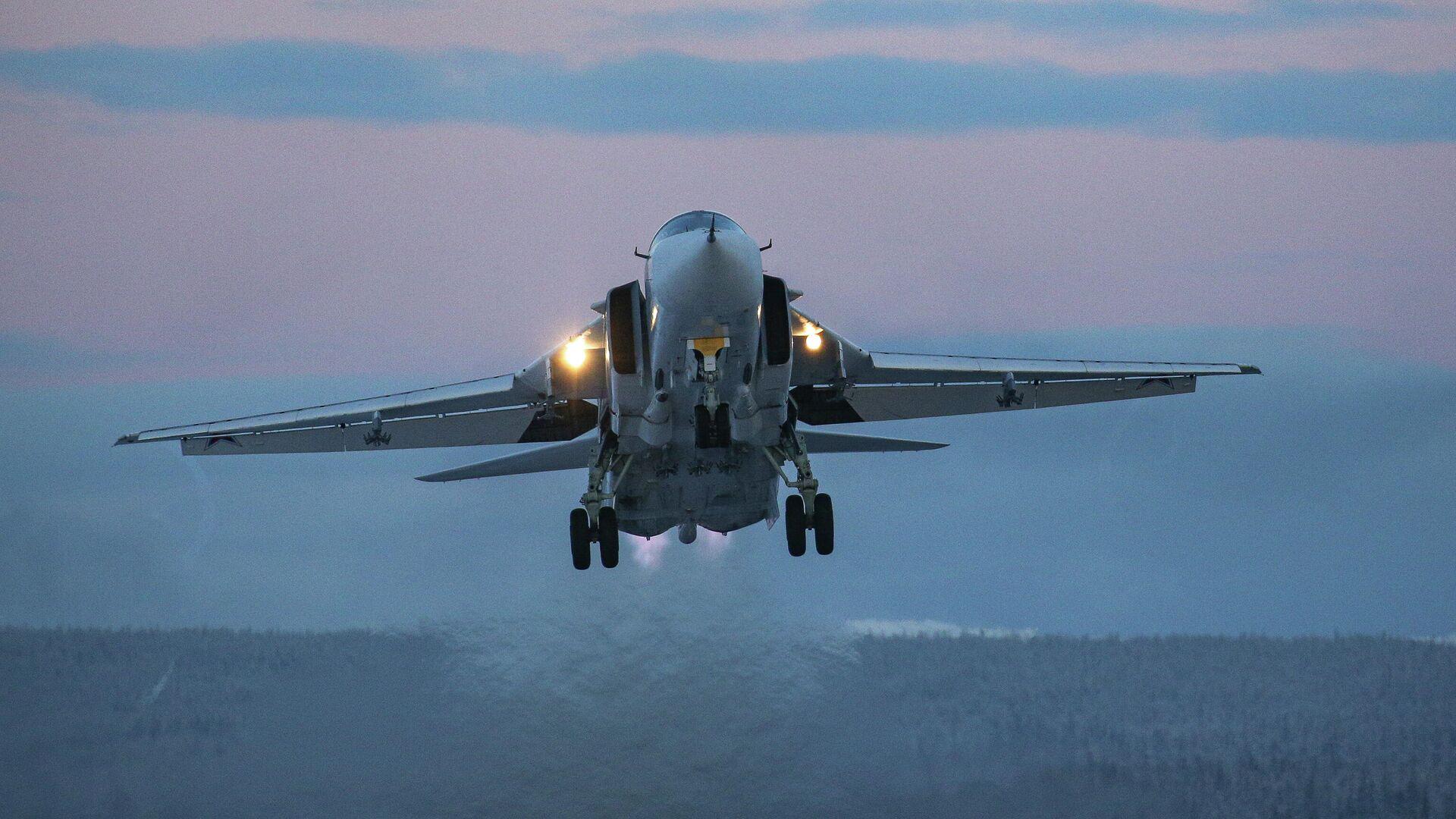 Самолет Су-24 во время учебно-тренировочных полетов в Мурманской области - РИА Новости, 1920, 25.02.2021