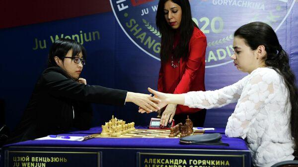 Претендентка на титул чемпионки мира по шахматам россиянка Александра Горячкина (справа) и действующая чемпионка мира Цзюй Вэньцзюнь