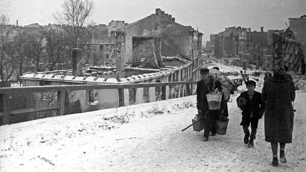 На одной из разрушенных немцами улиц Варшавы