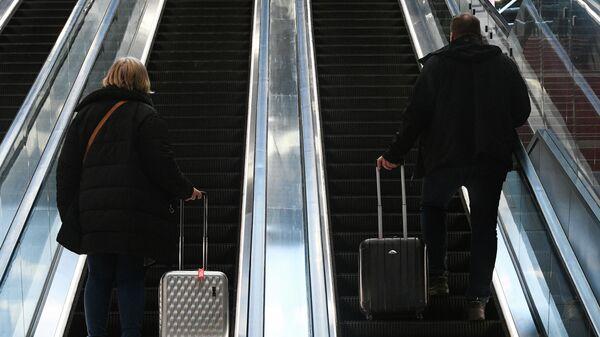 Пассажиры на эскалаторе нового международного терминала С в аэропорту Шереметьево