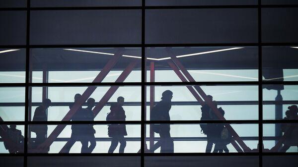 Пассажиры идут по коридору нового международного терминала С в аэропорту Шереметьево