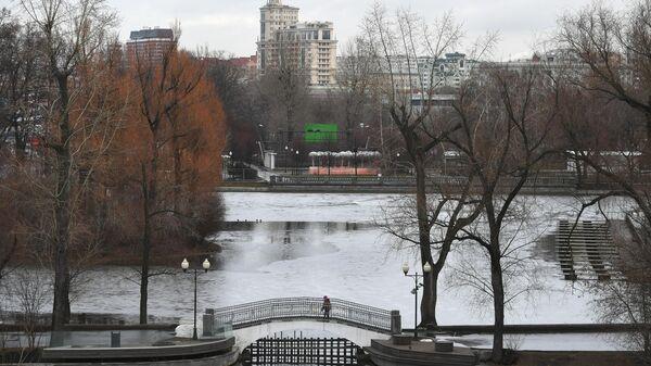 Голицынский пруд на территории Парка Горького в Москве