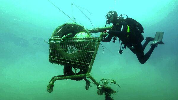 Дайвер собирает мусор в Греции