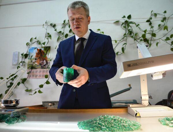 Генеральный директор АО Мариинский прииск Евгений Василевский демонстрирует редкий изумруд весом около 0,5 килограмма и стоимостью 55 тысяч долларов