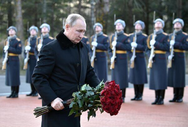 Президент РФ Владимир Путин на церемонии возложения цветов к монументу Рубежный камень  в Ленинградской области