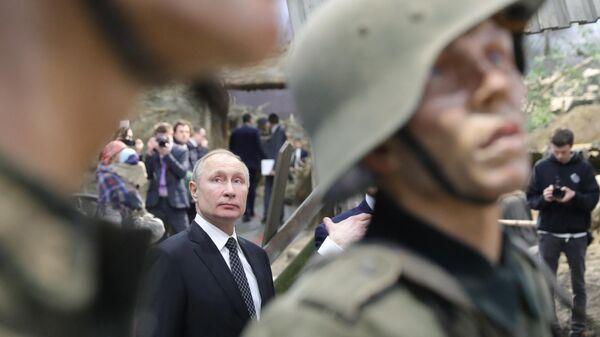 Президент РФ Владимир Путин во время осмотра экспозиции Память говорит. Дорога через войну, подготовленной творческой мастерской Невский баталист в Санкт-Петербурге
