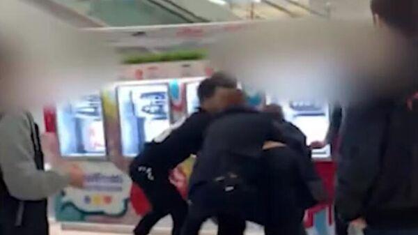 СМИ: охранник торгового центра в Химках избил подростка