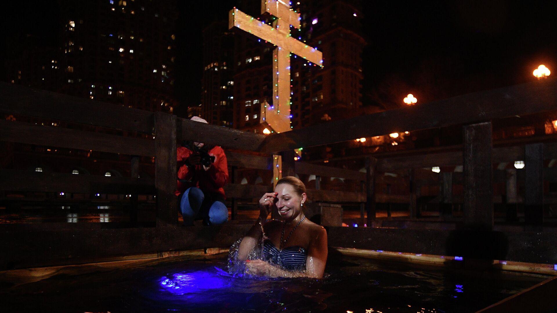 Девушка во время крещенских купаний на территории яхт-клуба Алые Паруса в Москве - РИА Новости, 1920, 13.01.2021