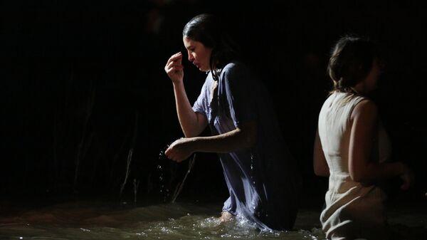 Женщина во время крещенских купаний в селе Перевальное Симферопольского района Республики Крым