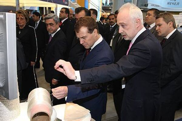 Президент РФ Дмитрий Медведев и генеральный директор ГК Роснанотех Леонид Меламед