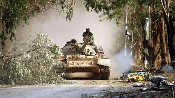 Танк Ливийской национальной армии в 10 километрах к западу от центра Бенгази
