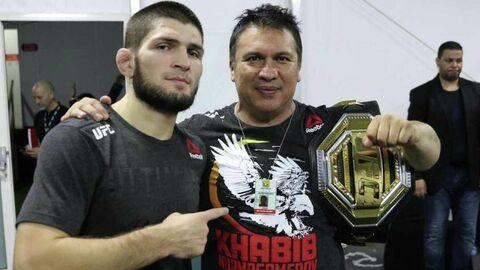 Российский боец Хабиб Нурмагомедов (слева) и его тренер Хавьер Мендес