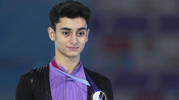 Артур Даниелян, завоевавший серебряную медаль на чемпионате России по фигурному катанию в Красноярске, на церемонии награждения