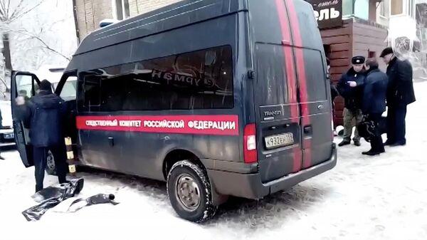Автомобиль Следственного комитета РФ у входа в отель в Перми, где произошел прорыв трубы с кипятком
