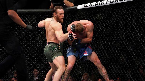 Слева направо: Конор Макгрегор (Ирландия) и Дональд Серроне (США) на турнире UFC 246 в Лас-Вегасе
