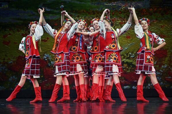 Участники ансамбля песни и пляски им. Локтева (Москва) выступают на конкурсе Весна священная в театре Русская песня в Москве