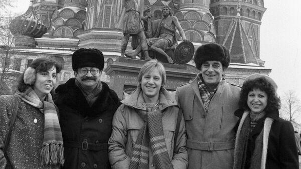 Участники советско-мексиканского фильма Эсперанса- мексиканский режиссер Серхио Ольхович (второй слева), советский актер Дмитрий Харатьян (в центре) и советский оператор Анатолий Мукасей (второй справа) на Красной площади.