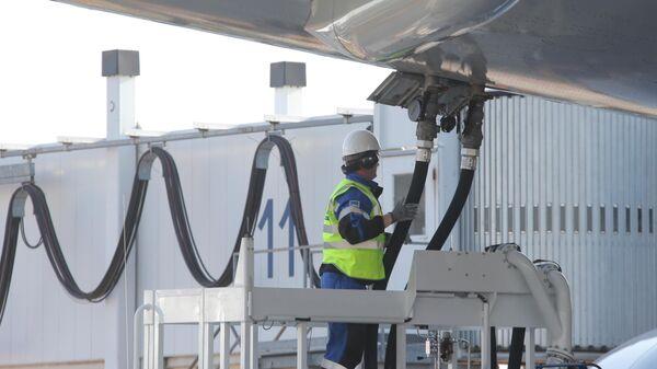 Заправка пассажирского самолета с помощью топливно-заправочного комплекса Газпромнефть-Аэро Шереметьево